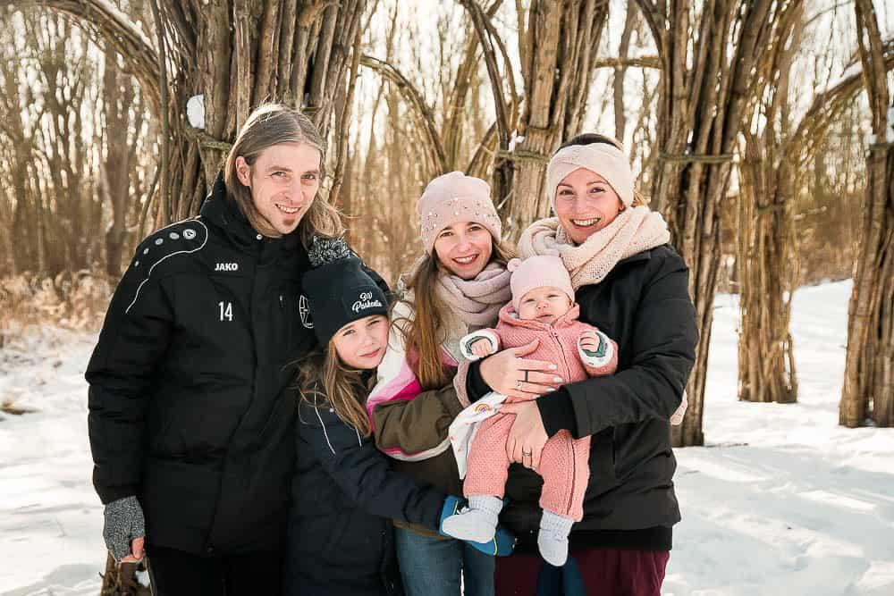 Familie im Weidendom im Winter