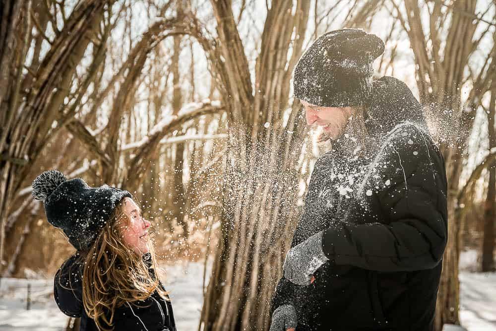 Vater und Sohn bewerfen sich im IGA-Park Rostock mit Schnee