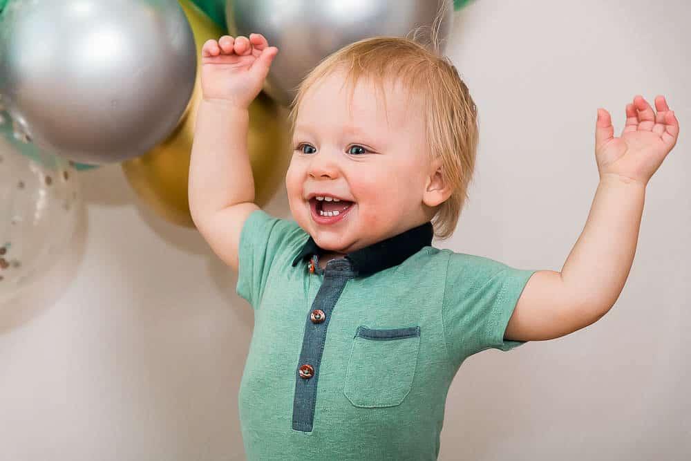 Riesengroße Freude von Kind über die Luftballons