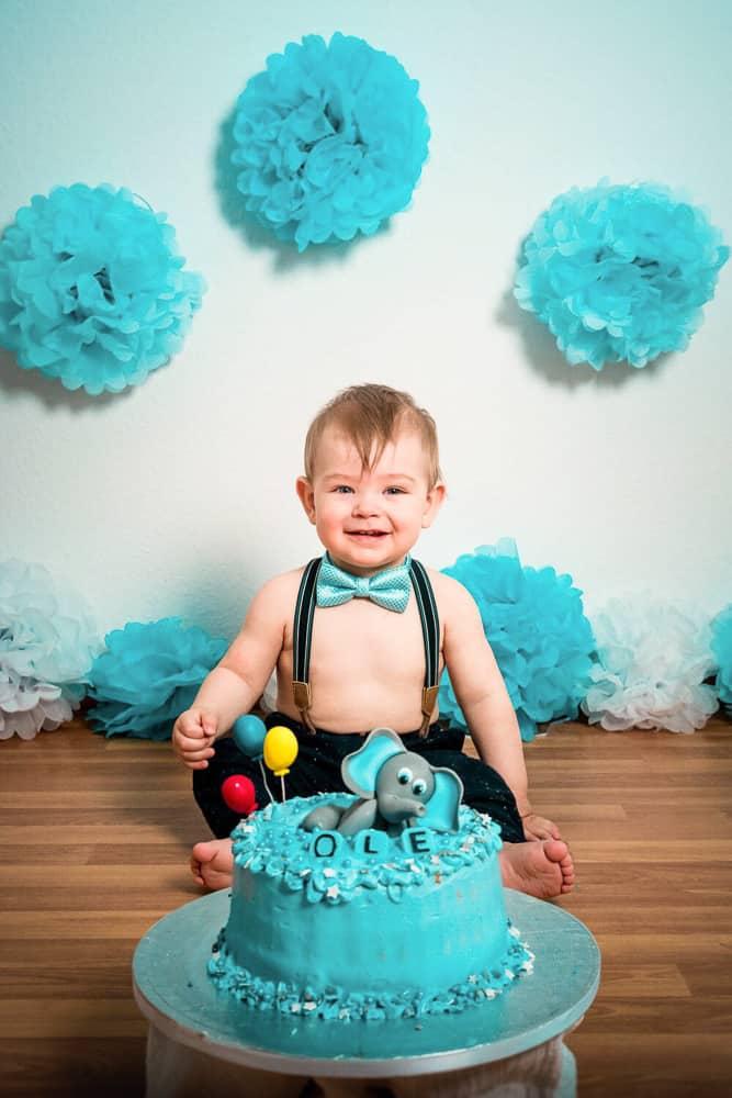 Erster Geburtstag: Kleinkind freut sich auf seinen Geburtstagskuchen.