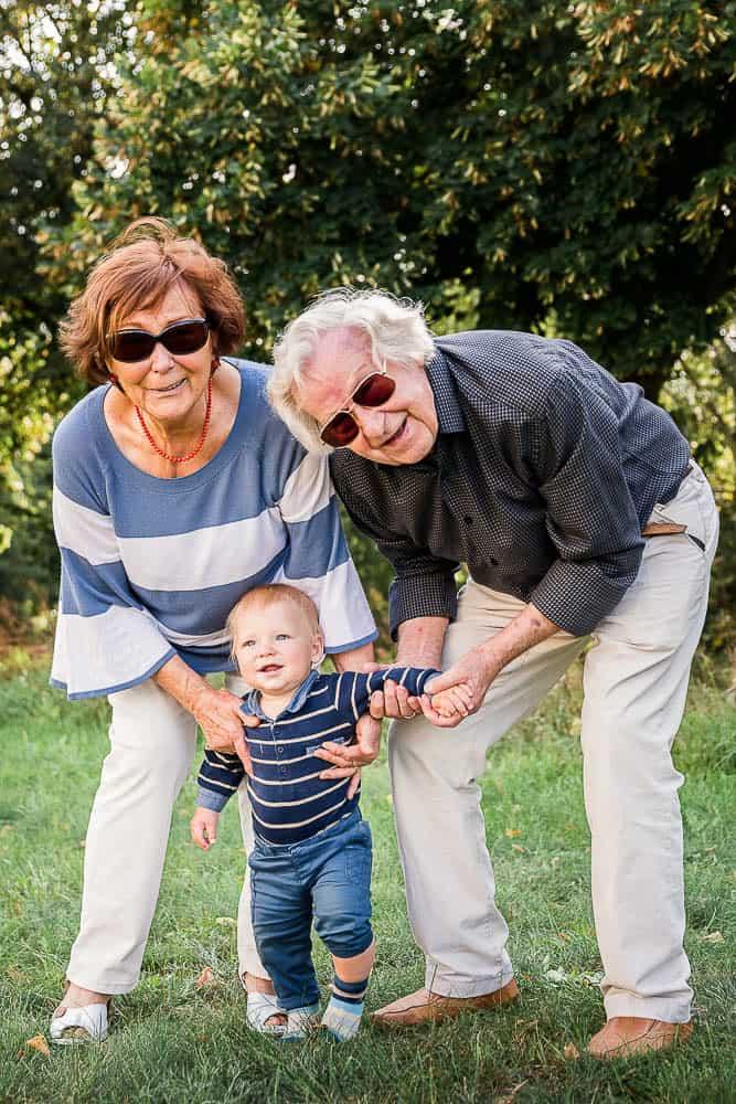 Urgroßeltern mit ihrem sieben Monate altem Urenkel im Park