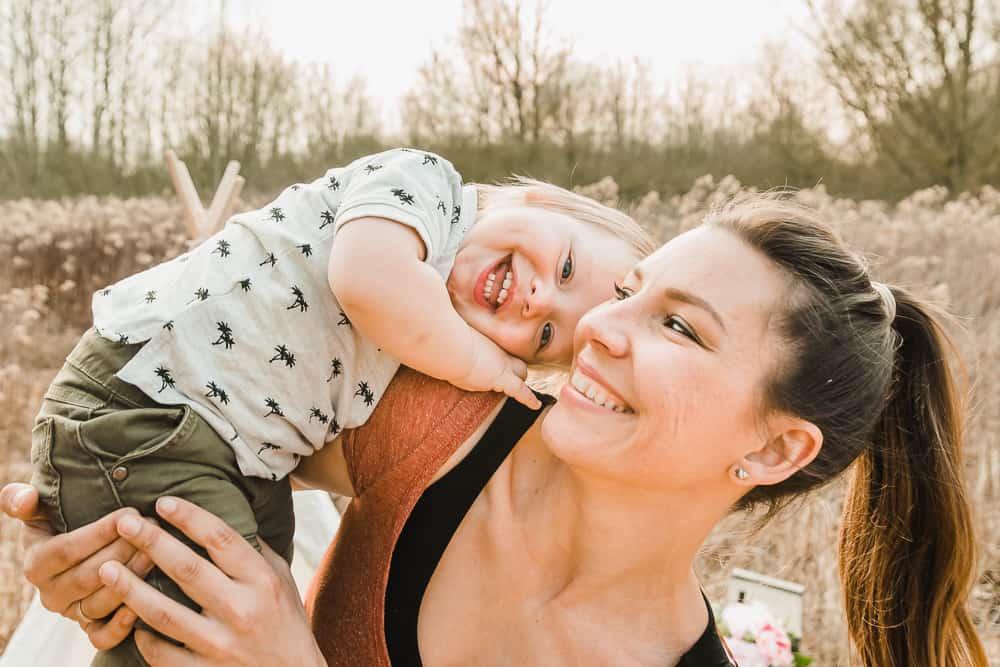 Mama mit Sohn auf dem Arm